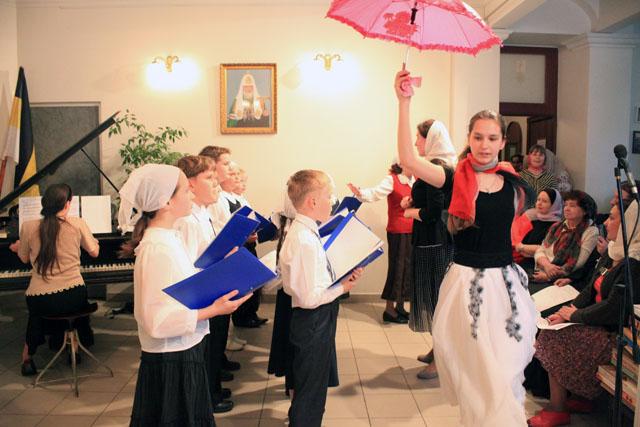 Выступление хоровой и хореографической студии на школьном концерте